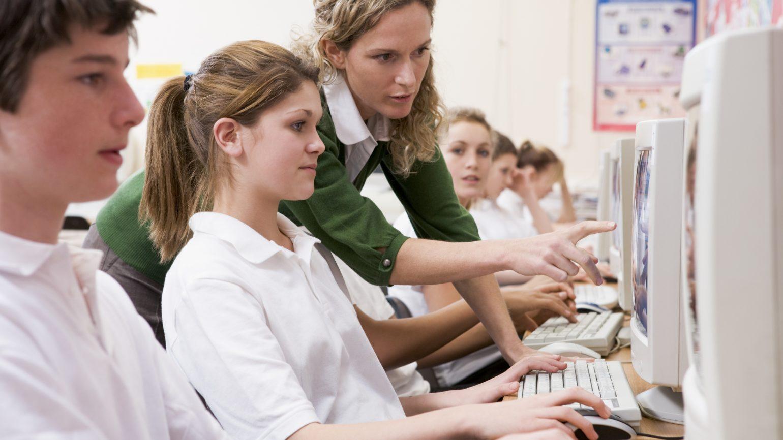 Schulkinder am Computer